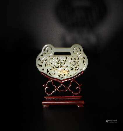CHINESE PIERCED JADE PLAQUE WITH STAND, 19TH CENTURY 十九世纪 白玉镂雕婴戏锁片(附木座)