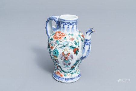 A Chinese famille verte ewer with figures, 19th/20th C.