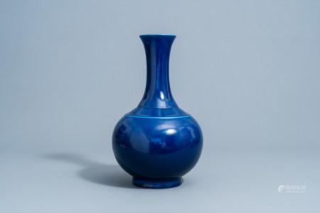 A Chinese monochrome blue bottle vase, Guangxu mark, 19th/20th C.