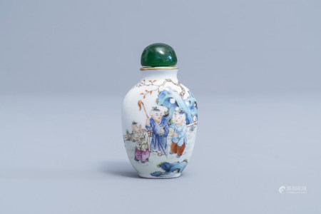 A Chinese famille rose snuff bottle with figures in a garden, Qianlong mark, 19th/20th C