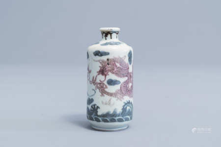 A Chinese blue, white and underglaze red 'dragons' snuff bottle, Yongle mark, 19th/20th C.