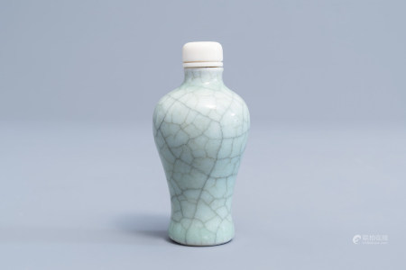 A Chinese celadon crackled glazed snuff bottle with ivory stopper, 19th/20th C.