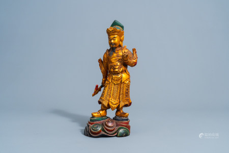 A Chinese gilt and lacquered wooden figure of Guandi, 18th/19th C.
