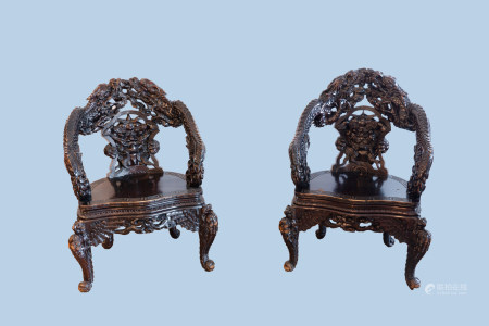 A pair of Chinese or Japanese carved wooden 'dragon' chairs, 19th/20th C.