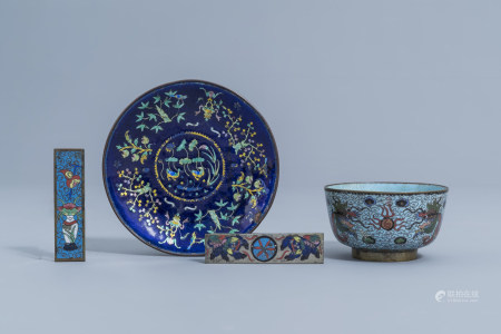 A Chinese cloisonne 'dragons' bowl, an enamel caucer with floral design and two small cloisonne scroll weights, 19th/20th C.