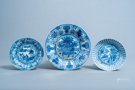 A Chinese blue and white kraak porcelain 'antiquities' charger and two plates with birds in a landscape, Wanli
