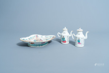 A lobed Chinese famille rose charger on stand and a pair of 'Wu Shuang Pu' wine jugs and covers, 19th C.