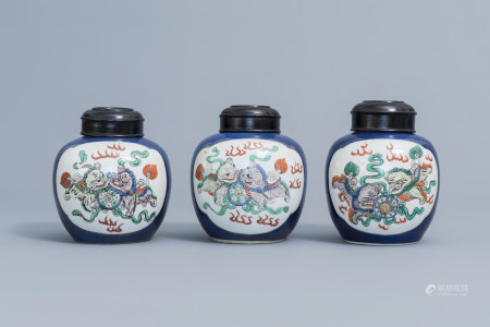 Three Chinese famille verte powder blue ground 'Buddhist lions' jars and covers, 19th C.