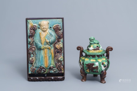 A Chinese sancai tripod incense burner and cover and a fahua 'Immortal' plaque, 19th/20th C.