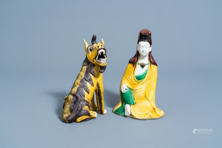 A Chinese sancai glazed figure of Guanyin and a seated qilin, 19th/20th C.