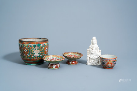 Four Chinese Thai market Bencharong bowls and a blanc de Chine group of Guanyin with children, 18th/19th C.
