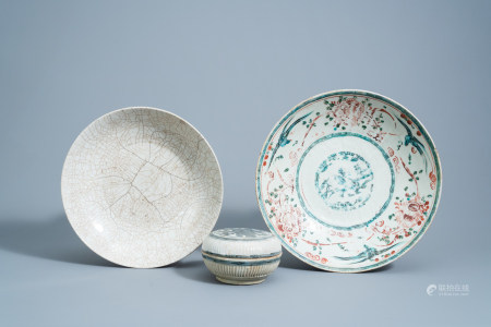 Two various Chinese Swatow chargers and a blue and white 'horse' box and cover, Ming