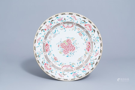 A Chinese famille rose charger with floral design, Yongzheng/Qianlong