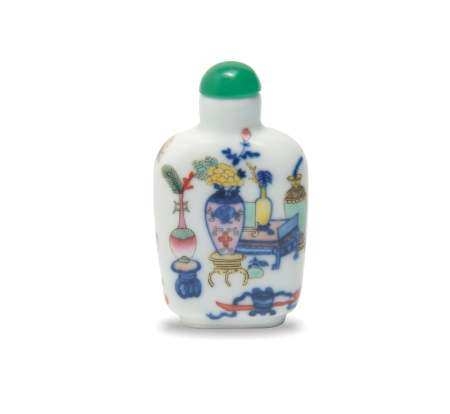 CHINESE BLUE AND WHITE ENAMELED SNUFF BOTTLE, DAOGUANG 清道光 青花加彩博古图鼻烟壶
