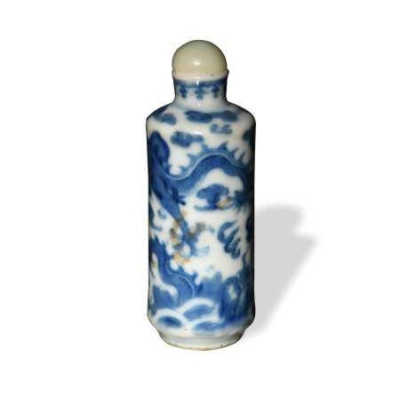 CHINESE BLUE AND WHITE DRAGON SNUFF BOTTLE, 19TH CENTURY 十九世纪 青花龙纹鼻烟壶
