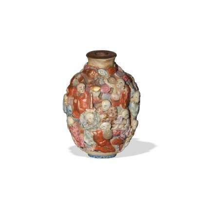 CHINESE CARVED PORCELAIN SNUFF BOTTLE, 19TH CENTURY 十九世纪 粉彩雕瓷鼻烟壶