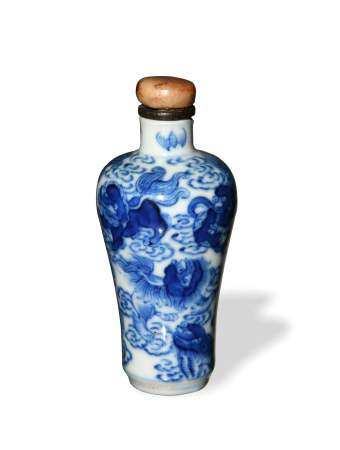 CHINESE BLUE AND WHITE LION SNUFF BOTTLE, DAOGUANG 清道光 青花狮子祥云鼻烟壶
