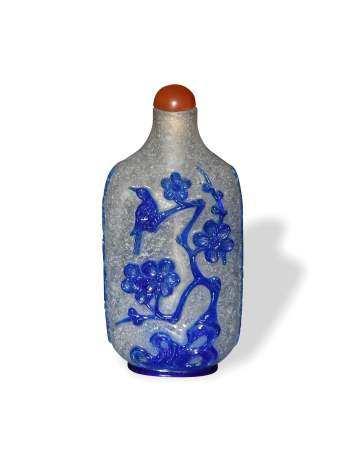 CHINESE CLEAR AND BLUE PEKING GLASS SNUFF BOTTLE, 19TH CENTURY 十九世纪 料器套蓝喜鹊登梅诗文鼻烟壶