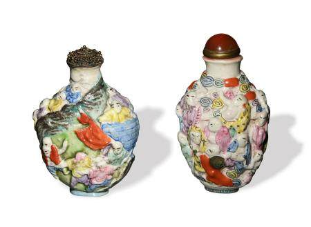 TWO CHINESE CARVED FAMILLE ROSE SNUFF BOTTLE, LATE 19TH CENTURY 十九世纪晚 粉彩雕瓷人物鼻烟壶两只