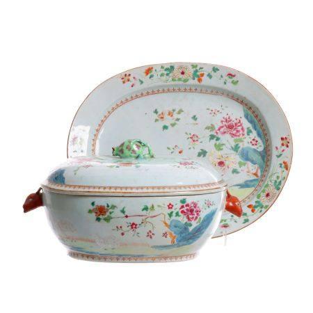 Chinese porcelain tureen with presentoir, Qianlong
