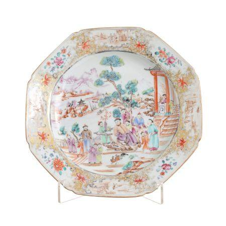 Mandarin eighth sided plate in Chinese porcelain, Qianlong