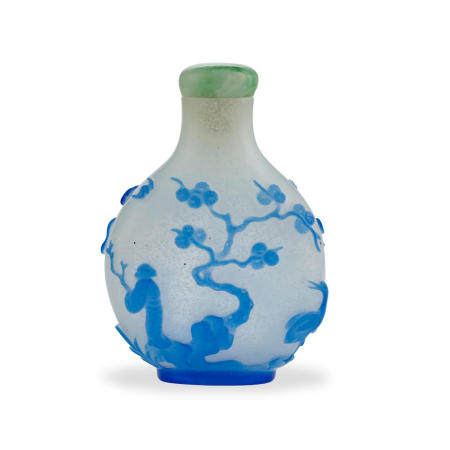 A pale-blue-glass overlay 'snowstorm-ground' Daoist-subject snuff bottle Yangzhou School seal school, 1800-1850