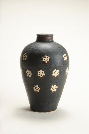 黑釉留白梅花紋梅瓶
