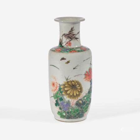 A SMALL CHINESE FAMILLE VERTE-DECORATED PORCELAIN ROULEAU VASE 五彩纸槌瓶 KANGXI PERIOD 清 康熙