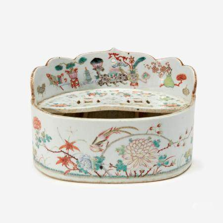 AN UNUSUAL CHINESE FAMILLE-ROSE DECORATED PORCELAIN OVAL VESSEL 粉彩椭圆花盆 19TH CENTURY 十九世纪