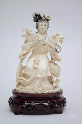 A Chinese ivory sculpture 'musician' (20cm)