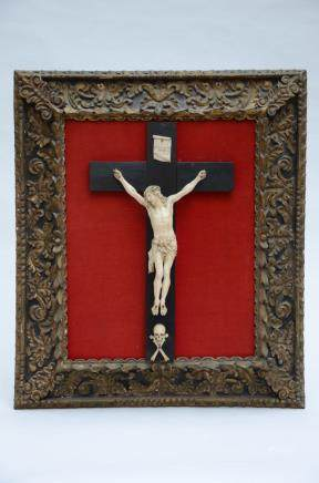 Large ivory sculpture of Christ with wooden frame * (24x35cm)