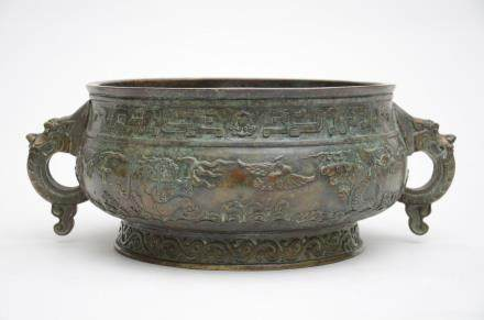 A large bronze incense burner with archaic decoration (28x16cm)