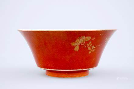 A Chinese coral red and gilt bowl, 18/19th C.
