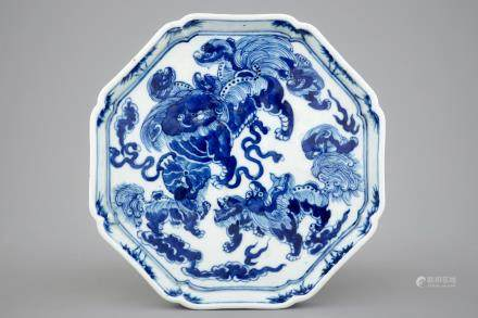A Chinese octagonal blue and white dish with foo dogs, 19th C.