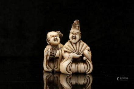 AN IVORY NETSUKE OF MANZAI PERFORMERS, SIGNED MINKOKU.
