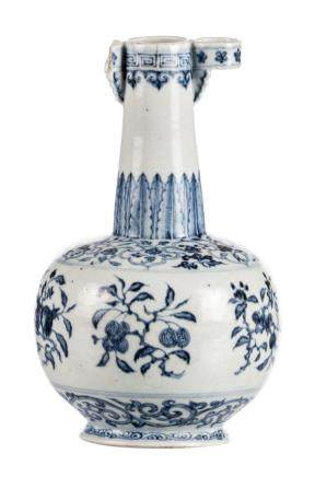A Chinese blue and white decorated arrow vase with fruits and floral motives, Ming, H 28,5 cm (damage)