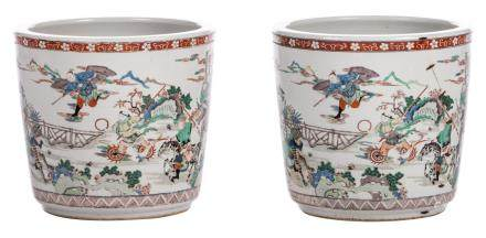 Two Chinese famille verte jardinieres, overall decorated with warriors, 19thC, H 34 - Diameter 36,5 cm (crack and restoration)
