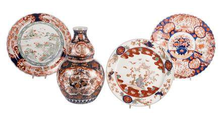 A Japanse double gourd vase and three plates, Imari, 18th-19thC, H 47 - Diameter 42 - 47,5 cm