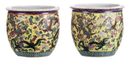 Two Chinese yellow ground famille verte jardinieres, decorated with dragons, H 27 - 28 / Diameter 30 - 31 cm