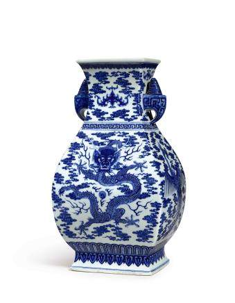 A FINE AND EXTREMELY RARE BLUE AND WHITE 'DRAGON AND PHOENIX' VASE SEAL MARK AND PERIOD OF QIANLONG