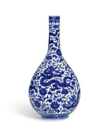 A FINE AND MAGNIFICENT LARGE BLUE AND WHITE 'DRAGON' VASE SEAL MARK AND PERIOD OF QIANLONG