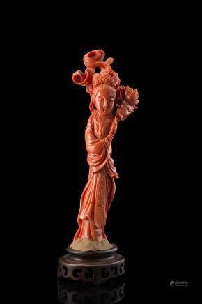 中國 十九世紀末 珊瑚仕女捧牡丹雕像
