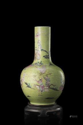 中國 二十世紀初 乾隆仿款 綠地粉彩戰爭情景圖瓶