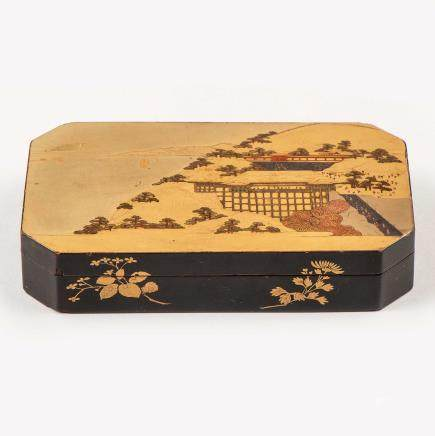 Bonita Caja poligonal en madera lacada. Trabajo Japonés, Finales del Siglo XIX - XX