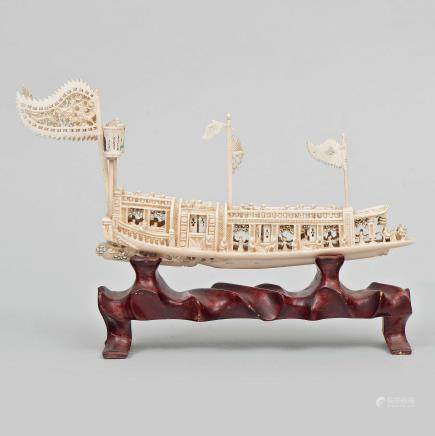 Barco Chino realizado en marfil tallado. Trabajo Cantonés, Finales del Siglo XIX -XX