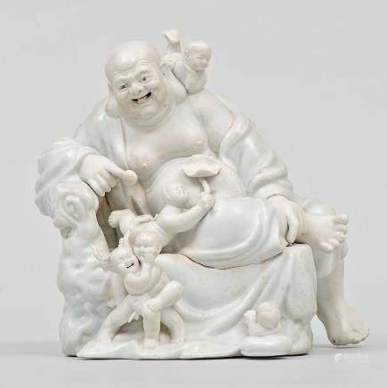"""""""Buda de la Felicidad con Niños"""" Grupo escultórico en porcelana. Trabajo Chino, Siglo XX"""