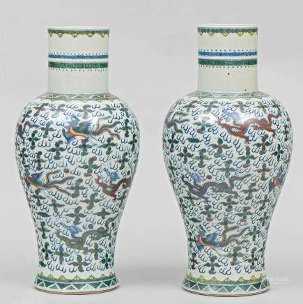 Pareja de jarrones Chinos en porcelana esmaltada con decoración doucai. Trabajo Chino, Siglo, Finales del Siglo XIX -XX