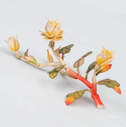 """""""Rama con Rosas""""  Grupo escultórico en marfil tallado y policromado. Trabajo Chino, Principios del Siglo XX."""