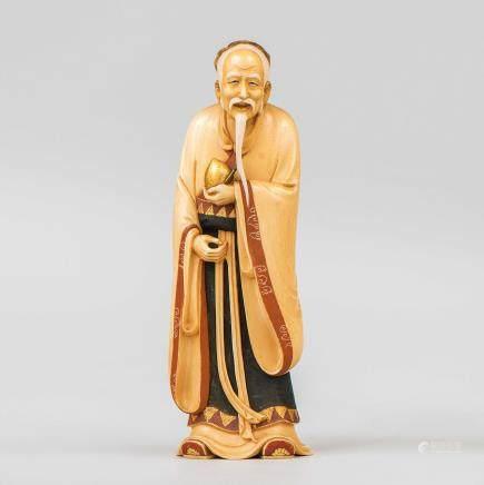 """""""Anciano con fruta"""" Figura escultórica en marfil tallado y policromado. Trabajo Japonés, Finales del Siglo XIX-XX"""
