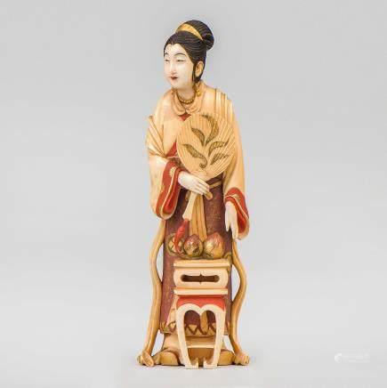 """Dama con Pay Pay"" Figura escultórica en marfil tallado. Trabajo Japonés, Siglo XIX - XX."